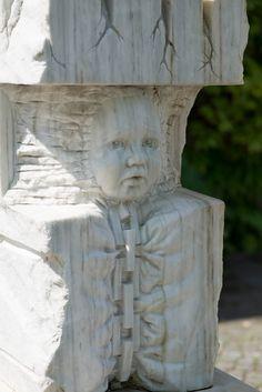 #Ahrensburg Der spanische Titel der weißen Skulptur – Neustra Herencia – erscheint für ungeübte norddeutsche Zungen und Ohren ein wenig sperrig und auch wohlklingend zugleich. Einen ähnlichen Kontrast entdeckt auch das Auge, denn aus dem grob behauenen Stein blickt dem Betrachter ein zartes und fein gearbeitetes Kindergesicht entgegen. Es scheint aus dem schweren Stein herauswachsen zu wollen, wird aber von einer Kette unterhalb des Kopfes festgehalten.