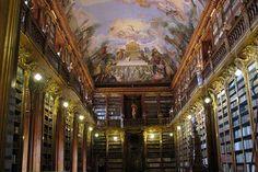 La bibliothèque nationale de Prague, fondée en 1781, se trouve dans le Clementinum qui sert actuellement de dépôt légal. Le bâtiment a été édifié au 11e siècle et accueille également un observatoire astronomique et la chapelle des glaces. © Jean-Jacques Cordier - Fotolia