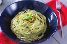 Gli spaghetti con crema di burrata e melanzane sono un primo piatto saporito e raffinato preparato con un pesto a base di basilico e burrata.