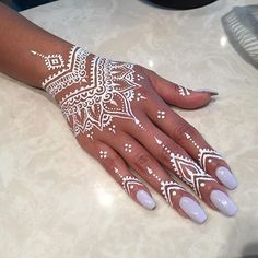 I seriously love the white! Come get yours for this weekend #henna #hennadesign #hennaart #whitehenna #mendi love this design !