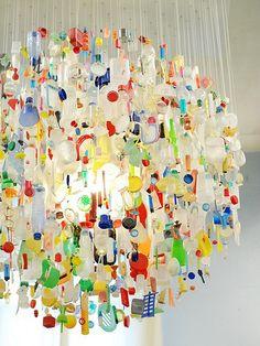Increíble lámpara de plástico reciclado./ Recycled plastic chandelier.//