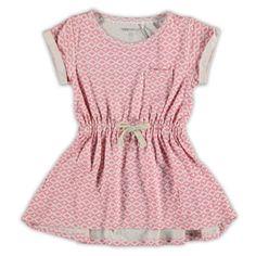 Noppies jurk - Noppies tricot zomerjurk met ronde hals en korte mouw uit de zomer collectie 2015. Deze jurk van het merk Noppies in de kleur roze heeft op de linker voorkant een pocketzak en in de taille een elastische boord met tunnelkoord. De uiteinden van de mouwen hebben een vaste omslag.
