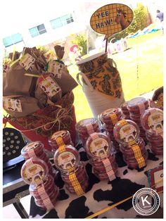 Mesa de dulces | candy bar | cumpleaños | toy  story | fiesta | woody | buzz lightyear | niños | dulces | www.beKUUKI.com