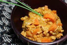 Recette de mafé végétarien (oignons, protéines de soja texturées, carottes, pâte de cacahuète, sauce tomate)