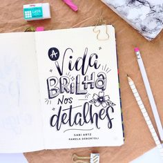 Nenhuma descrição de foto disponível. Lettering Tutorial, Doodle Lettering, Brush Lettering, Hand Lattering, Stabilo Boss, Letter E, Motivational Phrases, Plate Art, Calligraphy Letters