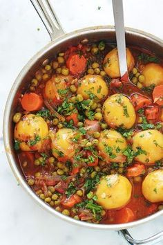 A simple and tasty dish: peas, carrots and potatoes … - Easy Food Recipes Batch Cooking, Cooking Recipes, Healthy Dinner Recipes, Vegetarian Recipes, Healthy Dinners, Plat Simple, Carrots And Potatoes, Yellow Potatoes, Fingerling Potatoes