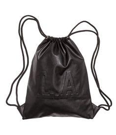 Beutel aus Lederimitat mit Reliefdruck auf der Vorderseite. Der Beutel lässt sich mit einem Kordelzug schließen und als Rucksack tragen. Gefüttert. Größe 35x44 cm.