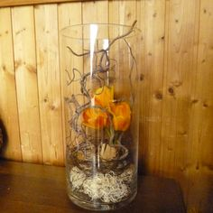 vase en verre tulipes branches de noisetier tortueux mousse