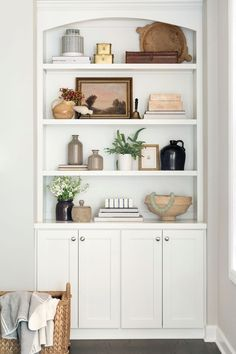 Our Stylist's Guide to Bookshelf Styling Styling Bookshelves, Decorating Bookshelves, Bookshelves Built In, Bookcases, Built In Shelves Living Room, Decoration Inspiration, Living Room Inspiration, Home Remodeling, Living Room Decor