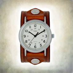 Handgefertigte Armreif Damenuhr mit einem Timex Zeitmesser. Braune Leder-Band ist von Hand gefärbt, ein Unikat von einer Art aussehen zu geben. Uhr hat eine Creme Farbe wählen und eine Indiglo Gegenlicht. Diese halb-große Uhr-Gehäuse misst 1 3/8 Zoll oder 36mm Durchmesser. Uhrenarmband
