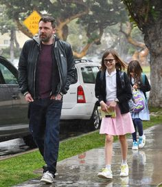 Ben Affleck picks up his daughters Violet and Seraphina on March 2017 Good Looking Actors, March 21, Ben Affleck, My Man, Cubs, Daughters, How To Look Better, Husband, Culture