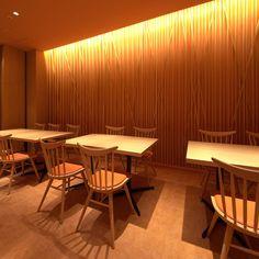 新規経営者なら知っておきたい居酒屋内装デザインの傾向と最新事例について   内装工事、店舗デザイン見積り比較、業者探しの内装総合ポータルサイト ARCHICLOUD アーキクラウド Sushi Restaurants, Japanese Design, Menu Design, Kiosk, Fiji, Open Concept, Restaurant Bar, Living Room, Interior Design