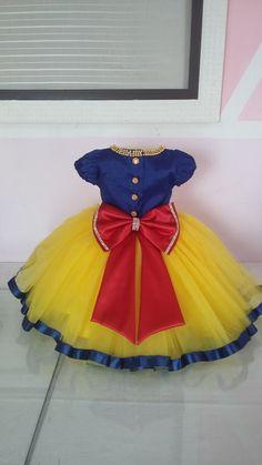 Vestido Branca de neve luxo Snow White Dresses, Snow White Tutu, Little Girl Dresses, Girls Dresses, Princess Dress Patterns, Snow White Birthday, Kids Frocks Design, Frock Design, Baby Gown