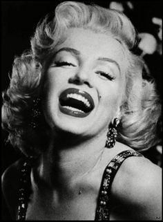 I love Maryline Monroe. She is beautiful and amazing. Her death is probably the saddest I have ever heard. Someone like her does not deserve that:'()