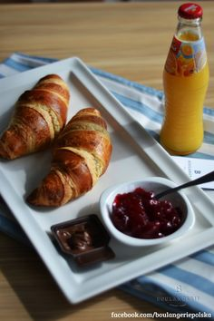 Petit- 2 croissanty, dżem, czekolada, sok pomarańczowy. 9 zł