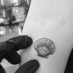 Blackwork Fineline Vintage Micro Tattoo Shell by Alexandy .- Blackwork Fineline Vintage Micro Tattoo Shell by Alexandyr Valentine, Tropisches Tattoo, Temp Tattoo, Tattoo Fonts, Body Art Tattoos, Sleeve Tattoos, Cool Tattoos, Tattoo Shop, Tatoos, Seashell Tattoos
