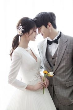 korean wedding hairstyles Simply click the link for more information on Wedding hairstyles Pre Wedding Poses, Wedding Couple Poses, Pre Wedding Photoshoot, Wedding Couples, Foto Wedding, Wedding Pics, Wedding Styles, Wedding Dresses, Party Wedding