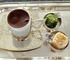"""ngilizlerdeki çay saati geleneği gibi, Türk kahvesinin içilmesi hususunda da bir zaman kavramı oluşur. Genellikle sabah ve öğlen öğünleri arasında içilir. Türkçe günün ilk öğünü anlamına gelen """"kahvaltı"""" sözcüğü kahve içimi öncesi yenen şeyler demektir. Günlük hayatımızda Türk kahvesi; arkadaş sohbetlerine refaket eder, işlerin azaldığı saatlerde yorgunluğu alır, kız isteme meclislerinde vazgeçilmezdir, köpüksüz olması hoş karşılanmaz. İslami olarak uygun bulunmasa da gelecek adına…"""
