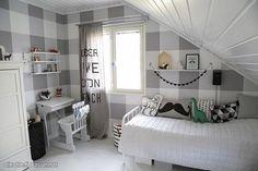 Vinkki! Kerää erilaisia graafisia tyynyjä sängyn päälle. Kun värimaailma pysyy samana, lopputulos on kaunis. Yksi värikäs tyyny tuo tarvittavan väripirskahduksen.
