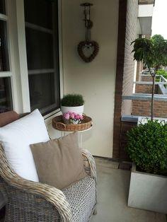 kleinen balkon sommerlich gestalten bambus paravent sitzkissen wohnideen pinterest kleine. Black Bedroom Furniture Sets. Home Design Ideas