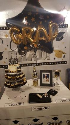 Great options for a graduation candy table - Decorationn Graduation Party Desserts, Graduation Party Centerpieces, Graduation Party Planning, College Graduation Parties, Graduation Cupcakes, Graduation Celebration, Graduation Decorations, Graduation Party Decor, Graduation Table Ideas