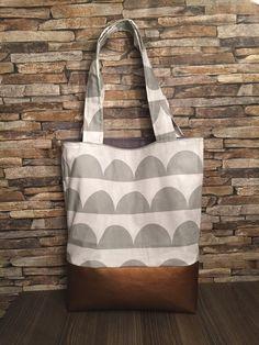 Shopper aus Baumwolle und Kunstleder.  - der obere Teil der Tasche ist aus einem Baumwollstoff mit einem grau-weißen Muster und der untere Teil aus einem kupferfarbenen Kunstleder mit Boden. -...