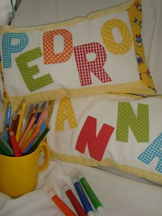 Amofada de piquet, bordada o nome em patchapliquê, diversas cores, recheado em manta acrílica. R$ 40,00