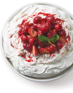 Pavlova with Red Berry Sauce No Bake Desserts, Dessert Recipes, Australian Desserts, Baked Meringue, Almond Pastry, Berry Juice, Sprinkle Cookies, Dessert Dishes, Whipped Topping