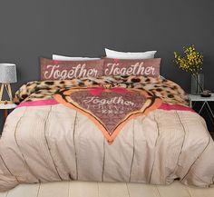 Dit mooie dekbedovertrek heeft het allemaal; een mooie tijgerprint, steigerhout, een prachtige hart en sierlijke letters. Comforters, Taupe, Hart, Blanket, Bed, Creature Comforts, Beige, Quilts, Stream Bed