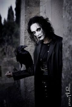 Brandon Lee looking extremely gothic in his role in The Crow Brandon Lee, Bruce Lee, Jason Lee, The Crow, Dark Beauty, Gothic Beauty, Dark Romance, Crow Movie, Gothic Men