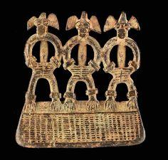 Pendentif pendentif anthropomorphe triple. Belle patine. Bronze Côte d'Ivoire, Groupe Senoufo H: 6,5 cm ; L: 6,3 cm
