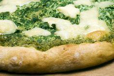 La pizza con patate e pesto è un'alternativa alla classica pizza margherita resa irresistibile dagli ingredienti che si sposano alla perfezione tra loro. Ecco la ricetta