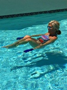 Exercising in the pool is one of the best ways to get leaner and stronger this summer, by utilizing your body weight and pool weights, gloves & water belt. Water Aerobics Routine, Water Aerobics Workout, Water Aerobic Exercises, Swimming Pool Exercises, Arm Toning Exercises, Pool Workout, Water Workouts, Swimming Workouts, Lose Fat Workout