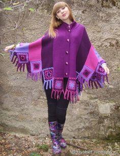 "Poncho de tricot e crochet ""Kingdom of Amethyst"" Warm Winter Hats, Crochet Clothes, Crochet Stitches, Plaid Scarf, Vest, Kaftans, Pullover, Knitting, Sweaters"