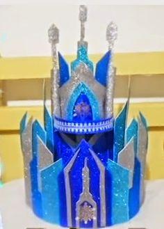 Bolo Fake em E.V.A castelo Frozen feito por Daniella Cucharro Materiais: Placas de E.V.A em três tons de azul , bases para bolo fal...