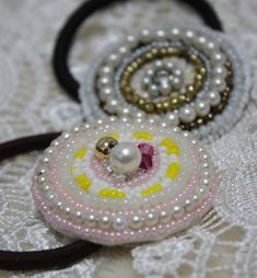 最近よく見かけるビーズ刺繍のヘアアクセサリー。 買うとお値段がするので、作ってみました。 家にあるビーズの残りだけで簡単に楽しく作ることができました。 http://lilyclover.blog.fc2.com/ http://liclover.exblog.jp/