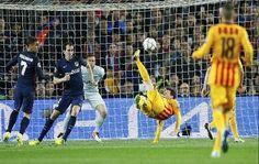 Luis Suárez marcó el martes dos goles y el Barcelona remontó para vencer 2-1 al Atlético de Madrid