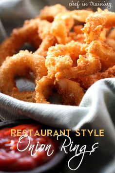 Restaurant Style Onion Rings _ with panko bread crumbs. These onion rings are so easy to make & taste like you are eating at some expensive restaurant. Appetizer Recipes, Snack Recipes, Cooking Recipes, Appetizers, Cooking Tips, Food Dishes, Side Dishes, Food Food, Great Recipes