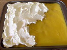Zitronenschnitten, ein fruchtiger Sommergenuß. Dieser Zitronenkuchen ist einfach köstlich, mit einer gekochten Zitronenkreme und einer Zitronenglasur.