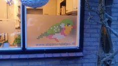 borduur-je-muursticker geplakt op statische raamfolie en vervolgens op het raam geplakt www.stipjesendatjes.nl