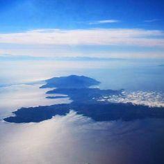 L'#elba vista dall'aereo nello scatto inviato sulla nostra pagina facebook da Marianna Cicala. Continuate a taggare le vostre foto con #isoladelbaapp il tag delle vostre vacanze all'#isoladelba  http://ift.tt/1NHxzN3