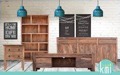 Proste, jasne meble z palisandru dobrze wyglądają na tle surowych ścian a graficzne dodtaki podkreślają urodę drewna. Jeśli tak jak my lubicie takie połączenia to zapraszamy do obejrzenia naszych nowych kolekcji.