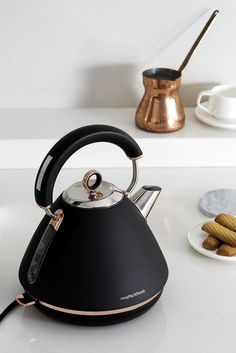 Accents Rose Gold pyramid traditional kettle by Morphy Richards Akzente Rose Gold Pyramide traditioneller Kessel von Morphy Richards This. Kitchen Supplies, Kitchen Items, Kitchen Gadgets, Kitchen Decor, Kitchen Design, Kitchen Tools, Quirky Kitchen, Kitchen Storage, Design Seeds