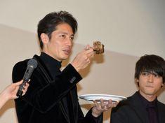 誕生日祝いのステーキ肉をペロリと平らげた玉木宏。隣でうらやましそうな顔をしているのは吉沢亮 (C)ORICON NewS inc.