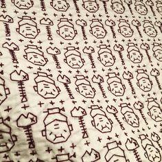 刺し子 15枚目 ・ 題『こらタマ!!今晩のオカズが…』 ・ 婆さん 入れ歯 入れ忘れてます。 ・ #刺し子 #sashiko #handmade #小鳥屋 #ふきん #婆さん #骨 裏はミラクルならず。魚の小骨だらけ