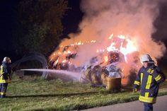 Die Feuerwehr ließ die Strohmieten runterbrennen und sorgte dafür, dass das Feuer nicht auf angrenzende Gebäude übergreifen konnte.
