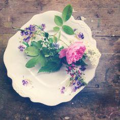 Summer on a vintage plate! Styling by Selina Lake Juhannuksena kahvipöydän koristeeksi. Muista!
