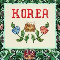 며칠 전부터 구찌의 SNS에 올라온 #GucciGarden 수비니어 컬렉션! 일본 타이완 중국 홍콩 등 아시아 각 나라의 특징이 담긴 액세서리 라인을 선보였는데요. 드디어 코리아 버전의 컬렉션이 공개되었습니다. 알렉산드로 미켈레가 생각하는 한국의 이미지는 무엇일까요? 꽃에 둘러 쌓인 백에는 열정 용기 호랑이 그리고 로맨스를 담았답니다. - @gucci  via HARPER'S BAZAAR KOREA MAGAZINE OFFICIAL INSTAGRAM - Fashion Campaigns  Haute Couture  Advertising  Editorial Photography  Magazine Cover Designs  Supermodels  Runway Models