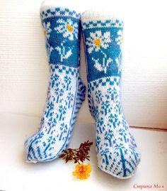 Здравствуйте! У многих вязаные носки ассоциируется с пожилой бабушкой, сидящей в кресле и вяжущей незатейливые носочки. Fair Isle Knitting, Knitting Socks, Knit Picks, Knee Socks, Knitting Accessories, Mitten Gloves, Leg Warmers, Blackwork, Warm And Cozy