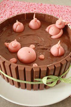 """""""Le bain des petits cochons"""" Gâteau d'anniversaire: croustillant au chocolat, génoise chocolat, mousse au chocolat noir, mousse au chocolat au lait, mousse au chocolat blanc, Nutella, Kit Kat Birthday cake"""